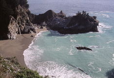 Afgezonderde strand en inham Royalty-vrije Stock Foto's