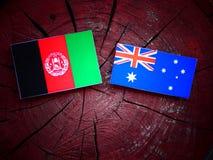 Afghani flagga med den australiska flaggan på en trädstubbe Fotografering för Bildbyråer