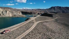 Afghanistan - Circa 2018: De ruwe reizen van het bergvoertuig bij de ge?soleerde berglandweg met meer stock videobeelden