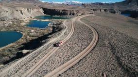 AFGHANISTAN - CIRCA 2018: Ruw bergvoertuig die bij de geïsoleerde berglandweg reizen stock videobeelden