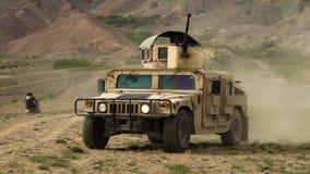 Afghanistan - Circa 2018: Ruwe militaire rang HIJ Hoog Mobiliteits Multifunctioneel Voertuig Op wielen HMMWV, Humvee-het drijven stock videobeelden