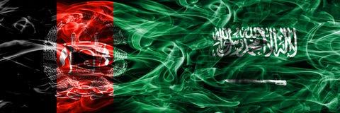 Afghanistan gegen die Saudi-Arabien Rauchflaggen nebeneinander gesetzt Dicke farbige seidige Rauchflaggen von Afghani und von Sau stockfotografie