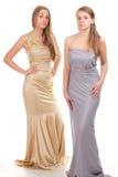Afgunst van haar vrienden - twee meisjes in kleding Stock Afbeeldingen