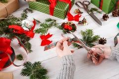 Afición creativa Fabricación de la caja hecha a mano moderna del regalo de Navidad Fotos de archivo