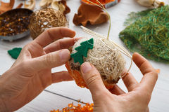 Afición diy creativa Decoración, bolas y guirnalda hechas a mano de la Navidad del arte Fotografía de archivo libre de regalías