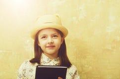 Afición y educación, leyendo poesía, la moda retra y la belleza foto de archivo