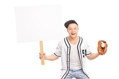 Aficionado al béisbol emocionado que sostiene la bola y una bandera en blanco Foto de archivo libre de regalías