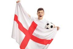 Aficionado al fútbol adolescente extático que lleva a cabo un fútbol y una f inglesa Fotografía de archivo libre de regalías