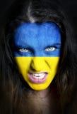 Aficionado al fútbol con la bandera de Ucrania pintada sobre cara Fotografía de archivo