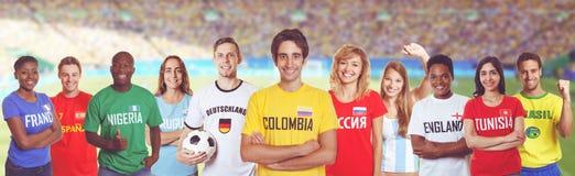 Aficionado al fútbol de Colombia con las fans de otros países en el stadi fotos de archivo libres de regalías