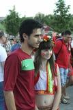 Aficionado al fútbol no identificado de Portugal con la muchacha ucraniana antes de la UEFA Imagen de archivo