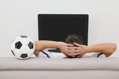 Aficionado al fútbol que ve la TV Imágenes de archivo libres de regalías