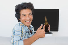 Aficionado al fútbol que ve la TV Imagen de archivo libre de regalías