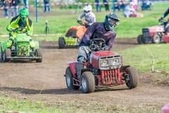 Aficionado-corredor en la raza privada del tractor imagenes de archivo