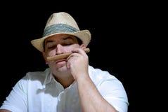 Aficionado del sigaro che gode del mazzo del sigaro fotografia stock libera da diritti