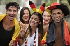 Aficionados al fútbol alemanes entusiastas del deporte que celebran la victoria. Imagen de archivo libre de regalías