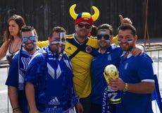 Aficionados al fútbol colombianos y de Grecia Imagen de archivo libre de regalías