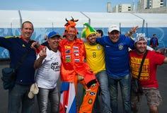 Aficionados al fútbol del Brasil y de Países Bajos Fotos de archivo