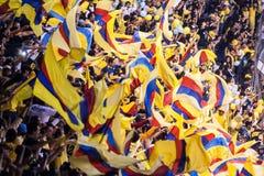 Aficionados al fútbol en el azteca del estadio en Ciudad de México Imagen de archivo