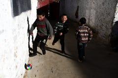 Aficionados al fútbol en Tíbet Imágenes de archivo libres de regalías