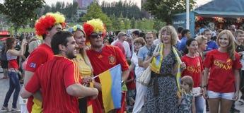 Aficionados al fútbol españoles no identificados con la muchacha ucraniana antes de la UEFA Foto de archivo