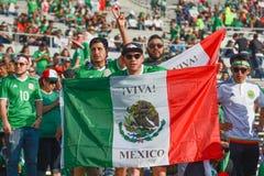 Aficionados al fútbol que sostienen la bandera de México durante Copa América Centenar Imágenes de archivo libres de regalías