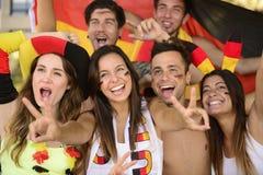 Aficionados al fútbol alemanes del deporte que celebran la victoria. Fotografía de archivo libre de regalías