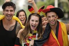 Aficionados al fútbol alemanes entusiastas del deporte que celebran la victoria. Imágenes de archivo libres de regalías