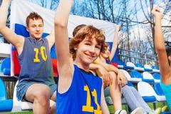 Aficionados deportivos adolescentes felices con la bandera rusa Imágenes de archivo libres de regalías