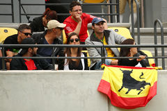 Aficionados deportivos españoles que apoyan a Rafael Nadal durante la Río 2016 Juegos Olímpicos en el centro olímpico del tenis Fotografía de archivo libre de regalías