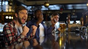 Aficionados deportivos que miran campeonato en el pub, feliz sobre la victoria del equipo preferido almacen de video