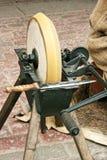Afiladura de la rueda y del cuchillo viejo foto de archivo libre de regalías