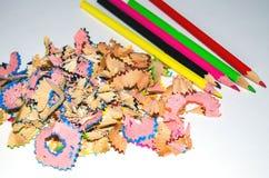 Afiladura de muchos lápices del color fotografía de archivo