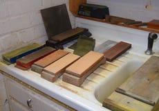 Afiladura de piedras en el taller de reparaciones imagen de archivo
