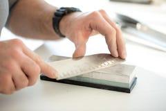 Afiladura del cuchillo imagen de archivo