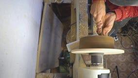 Afiladura principal en una madera del torno metrajes