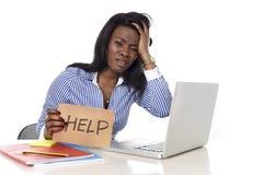A afiliação étnica americana do africano negro frustrou a mulher que trabalha no esforço no escritório fotografia de stock