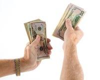 A afiliação étnica caucasiano entrega guardar o fã de notas de dólar dos E.U. Imagens de Stock