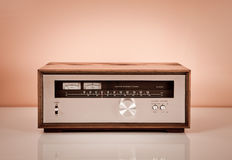 Afinador estereofónico do vintage no gabinete de madeira foto de stock royalty free