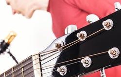 Afinadores da guitarra acústica com o cantor no fundo Imagem de Stock Royalty Free