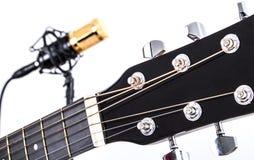Afinadores da guitarra acústica com o microfone de condensador do ouro no fundo Foto de Stock Royalty Free