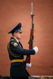 Afixe o protetor de honra na chama eterno em Moscou Fotografia de Stock