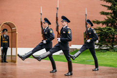Afixe o protetor de honra na chama eterno em Moscou em Imagens de Stock