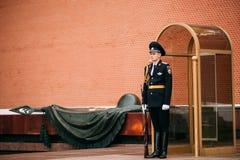 Afixe o protetor de honra na chama eterno em Moscou em Imagens de Stock Royalty Free