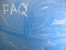 Afkortingsfaq veelgestelde vragen op een blauw, vrij vuil bord door krijt worden geschreven dat Gevestigd in het verlaten bovenle royalty-vrije stock foto