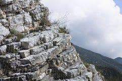 Afloramento de rocha com uma rede de arame Imagem de Stock