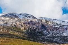 Afloramento rochosos cobertos na neve no parque nacional do Monte Kosciuszko Foto de Stock Royalty Free