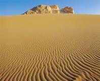 Afloramiento rocoso en desierto Imagen de archivo libre de regalías