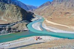 Afluência do rio de Indus & de Zanskar em Ladhak-outubro, ÍNDIA fotos de stock