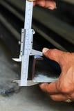 Afmeting die staal meet door vernier royalty-vrije stock afbeeldingen